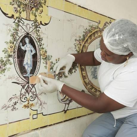 >Restauração.>Stefani da Silva trabalha num dos painéis da fundaçã Foto: Brenno Carvalho / Agência O Globo