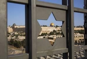 A Cidade Velha de Jerusalém é vista através de um portão com a Estrela de Davi Foto: Oded Balilty / AP