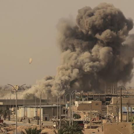 Fumaça é vista após um bombardeio em Raqqa, na Síria Foto: ZOHRA BENSEMRA / REUTERS
