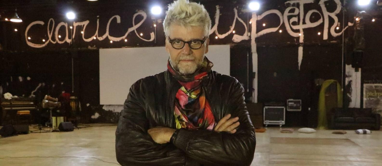 Luiz Fernando Carvalho de visual novo, em meio ao galpão onde ensaia seus dois próximos projetos no cinema Foto: Divulgação/ Mariana Villas Boas