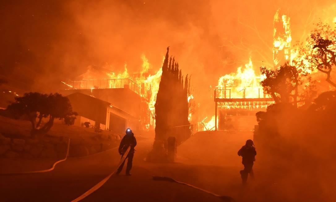 Bombeiros tentam combater um incêdio florestal de grandes proporções em Ventura, California, Estados Unidos Ryan Cullom / AP
