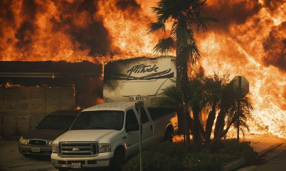 Incêndio se espalha rapidamente queimando casas e veículos na Via Arroyo Noah Berger / AP