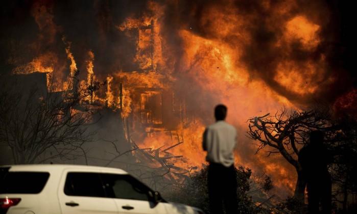 Incêndio obriga à evacuação de mais de 400 casas na Califórnia