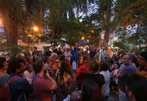 Moradores fazem reunião na Rua General Glicério, em Laranjeiras Foto: Marcio Alves / Agência O Globo
