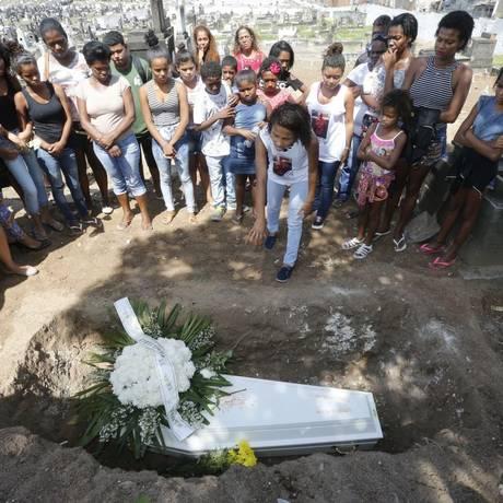 Colegas de turma e parentes se despedem de Eduardo Henrique: menino de 10 anos foi atingido por tiro no peito Foto: Domingos Peixoto / Agência O Globo