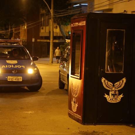 Seguranças e PMs na Rua General Glicério, em Laranjeiras. Projeto de segurança privada divide opiniões Foto: Roberto Moreyra / Agência O Globo