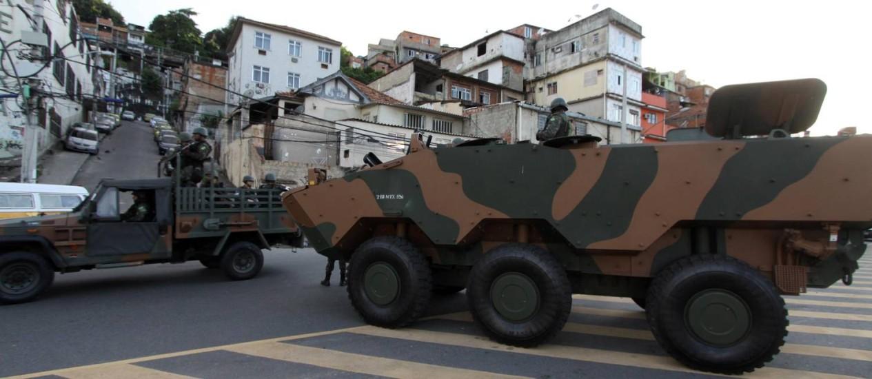 Blindado das Forças Armadas em operação na Mangueira Foto: Paulo Nicolella / Agência O Globo