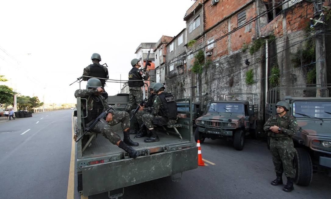 Participam da ação 2.900 militares Foto: Paulo Nicolella / Agência O Globo