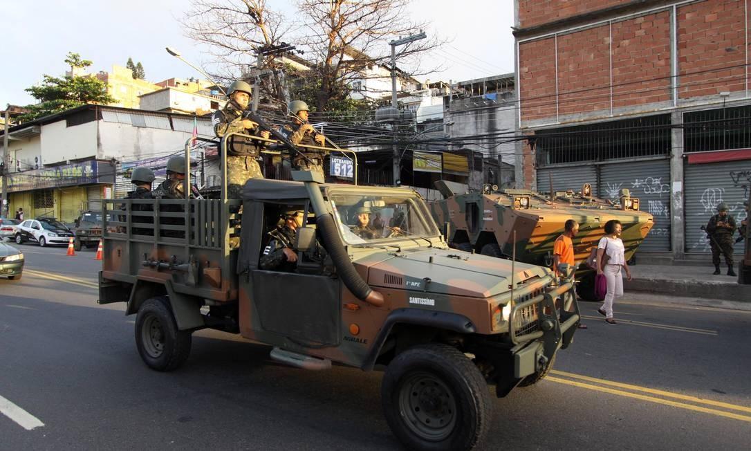 O objetivo é localizar traficantes e esconderijos de armas e drogas Foto: Paulo Nicolella / Agência O Globo