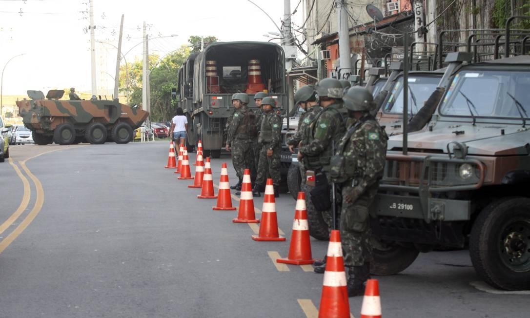 As forças de segurança deflagram uma operação, nesta quarta-feira, em comunidades da Zona Norte do Rio Foto: Paulo Nicolella / Agência O Globo