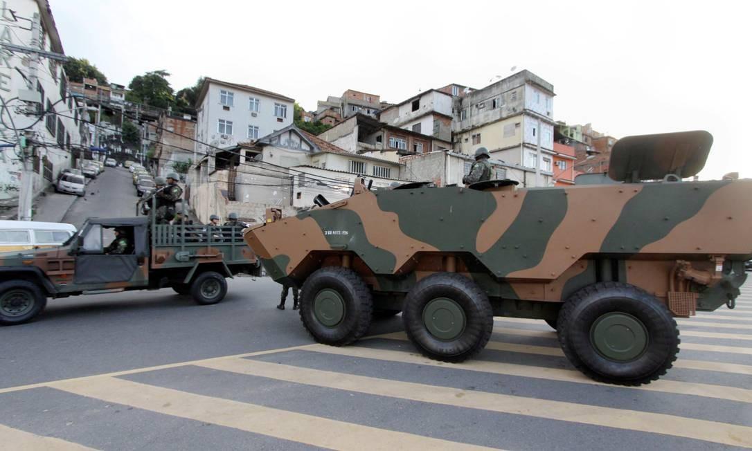 Blindados das Forças Armadas na operação na Mangueira Paulo Nicolella / Agência O Globo