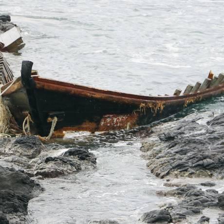 """Restos de um dos """"navios fantasma"""" na costa de Tsuruoka Foto: 木下リラ / AP"""