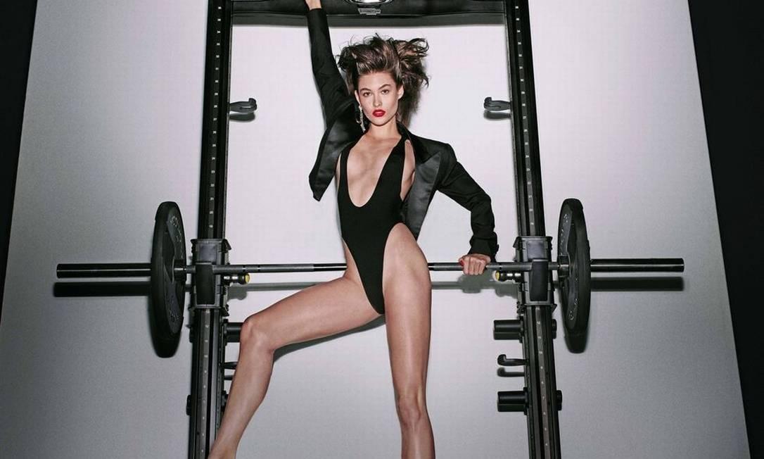 """A modelo Grace Elizabeth abre 2018, estampando a página de janeiro. Clicado por Steven Klein e intitulado """"CR Girls 2018"""", o calendário está à venda online por US$ 200 (cerca de R$ 650) Steven Klein / Divulgação"""