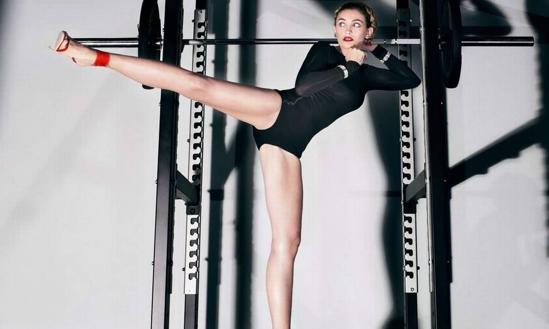 De body preto e sandálias de saltos finos e altos, a filha do eterno rei do pop Paris Jackson mostra elasticidade e equilíbrio no mês de abril Steven Klein / Divulgação
