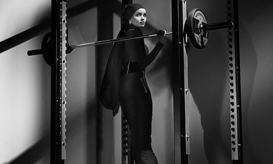 Em meio a muita pele, a modelo muçulmana Halima Aden, estrela de novembro, prova que é possível ser sexy e poderosa cobrindo o corpo e usando hijab, como manda sua tradição religiosa Steven Klein / Divulgação