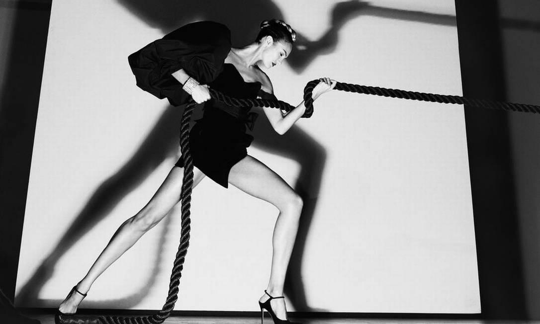 A angel Candice Swanepoel fecha o calendário, puxando uma corda a borde de um glamuroso mini vestido preto Steven Klein / Divulgação