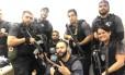 A foto que mostra os policiais com Rogério 157