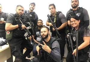 A foto que mostra os policiais com Rogério 157 Foto: WhatsApp / Reprodução