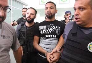 Rogério 157 é escoltado por agentes na Cidade da Polícia Foto: Fabiano Rocha / Agência O Globo