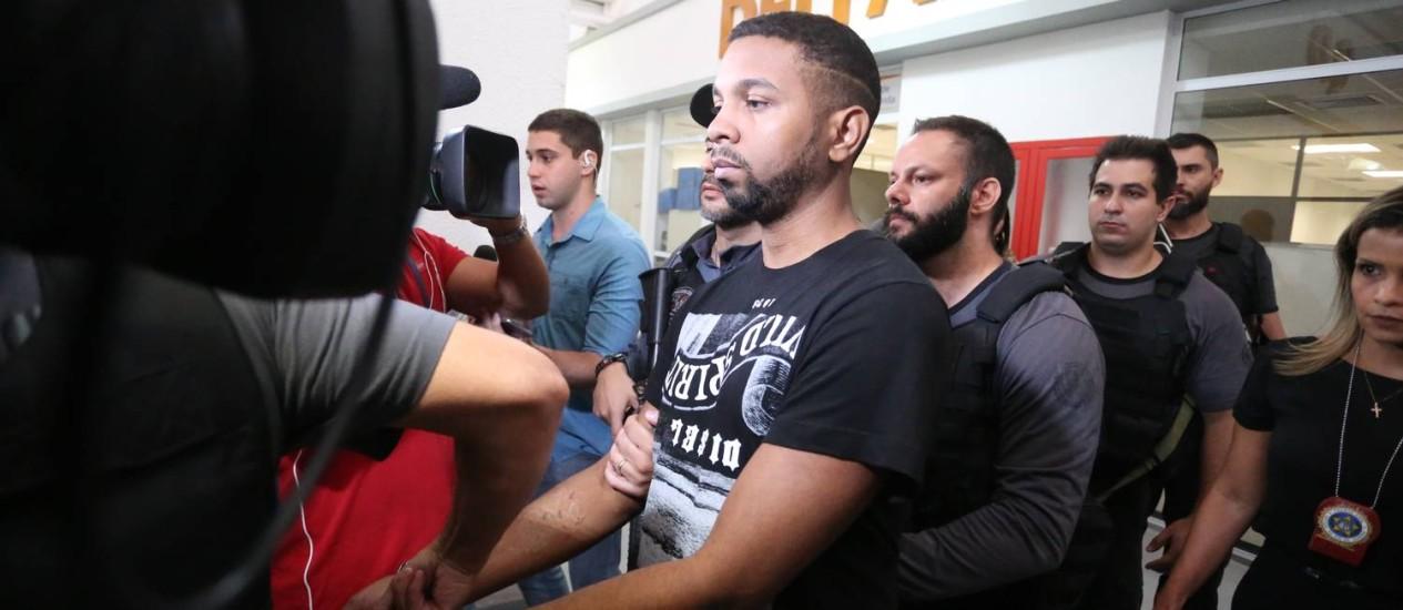 Rogério 157, um dos bandidos mais procurados do Rio, é conduzido por policiais na Cidade da Polícia Foto: Fabiano Rocha / Agência O Globo