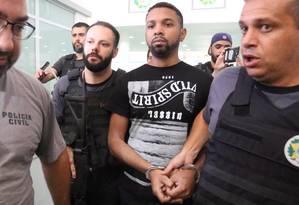 Policiais conduzem Rogério 157, um dos bandidos mais procurados do Rio, na Cidade da Polícia, no Jacarezinho Foto: Fabiano Rocha / Agência O Globo