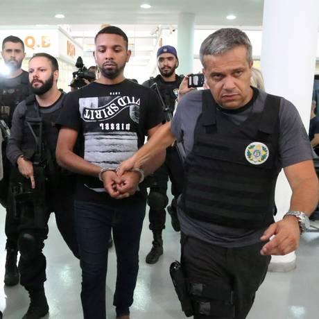 O traficante Rogério Avelino da Silva, o Rogério 157, na chegada à Cidade da Polícia Foto: Fabiano Rocha / Agência O Globo