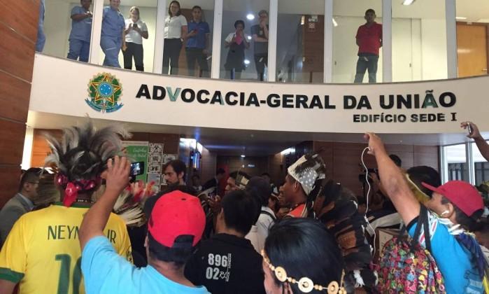 Indígenas protestam na AGU contra regras de demarcação de terras