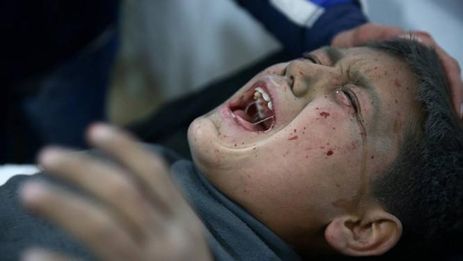 Memnino sírio levado a hospital sírio na cidade de Hamonia, na região da capital Damasco Foto: BASSAM KHABIEH / REUTERS