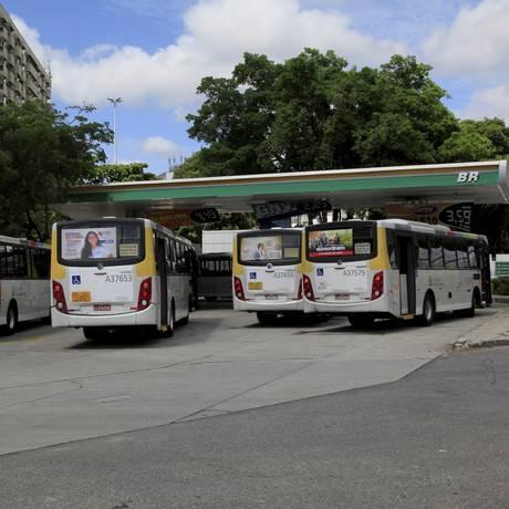 Ônibus da Viação Silvestre abastecem em posto de gasolina na Praça da Bandeira Foto: Uanderson Fernandes / Agência O Globo