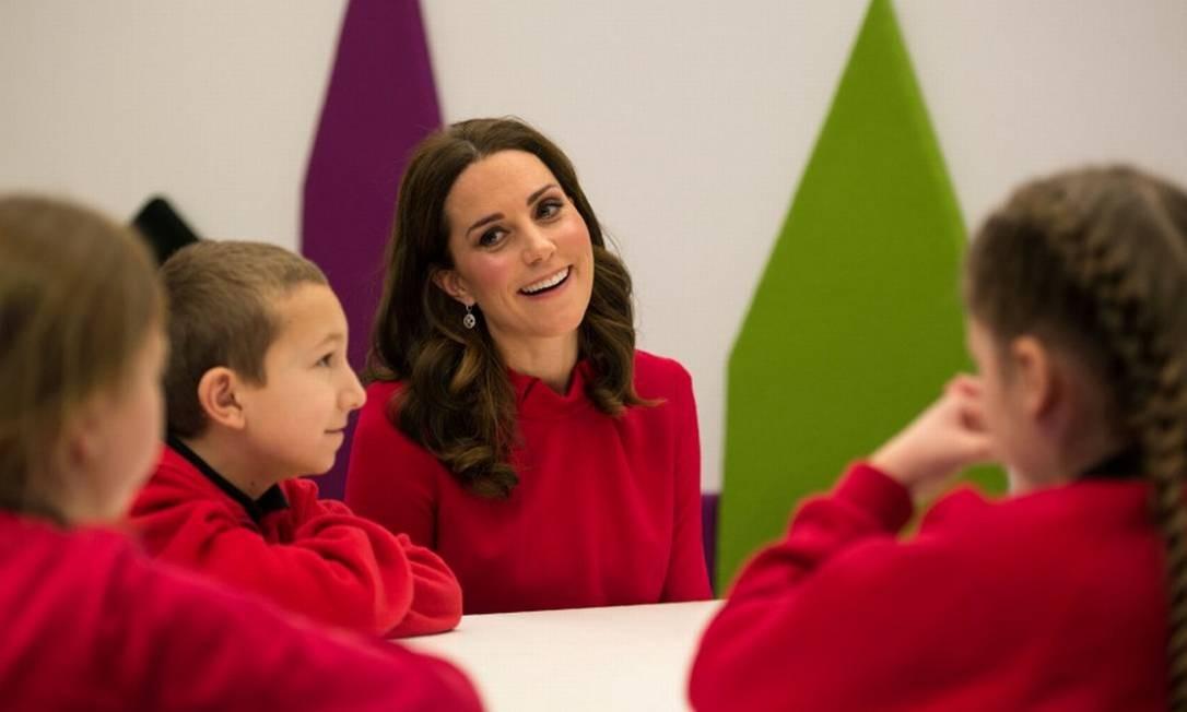 """A ação """"Stepping out"""" levou pequenos estudantes da instituição de ensino """"The Friars Primary School"""" ao centro de mídia da BBC em Salford, no Noroeste da Inglaterra, para que assistissem e dessem suas opiniões sobre programas de TV ainda em produção POOL / REUTERS"""