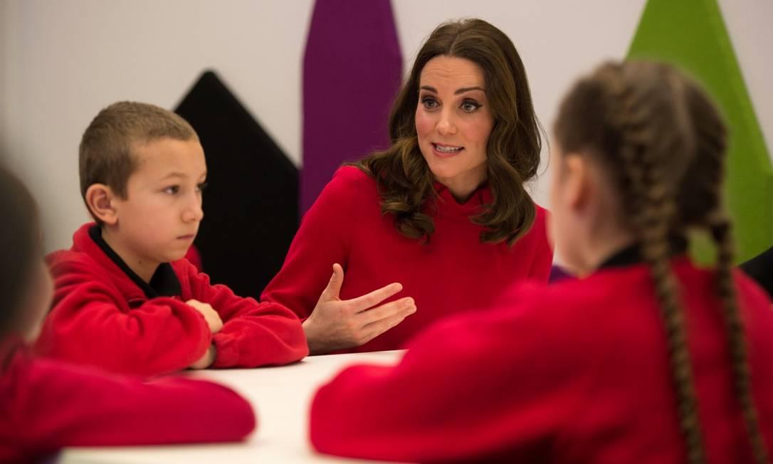 Kate Middleton acompanha visita de crianças ao centro de mídia da BBC durante cúpula mundial de mídia infantil OLI SCARFF / AFP