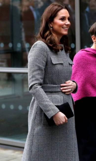 """Na chegada a Salford, Kate Middleton usou casaco cinza da marca L.K. Bennett, vendido por £495 (cerca de R$ 2,1 mil), de acordo com o """"Daily Mail"""" DARREN STAPLES / REUTERS"""