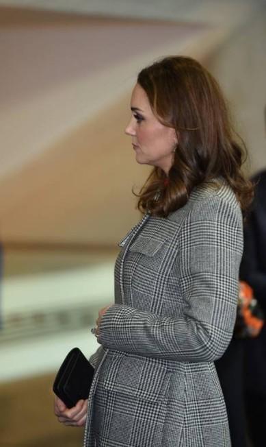 Apesar de ainda discreta, a barriguinha da terceira gravidez ficou um pouco mais aparente ao ser evidenciada pelo cinto do casaco POOL / REUTERS