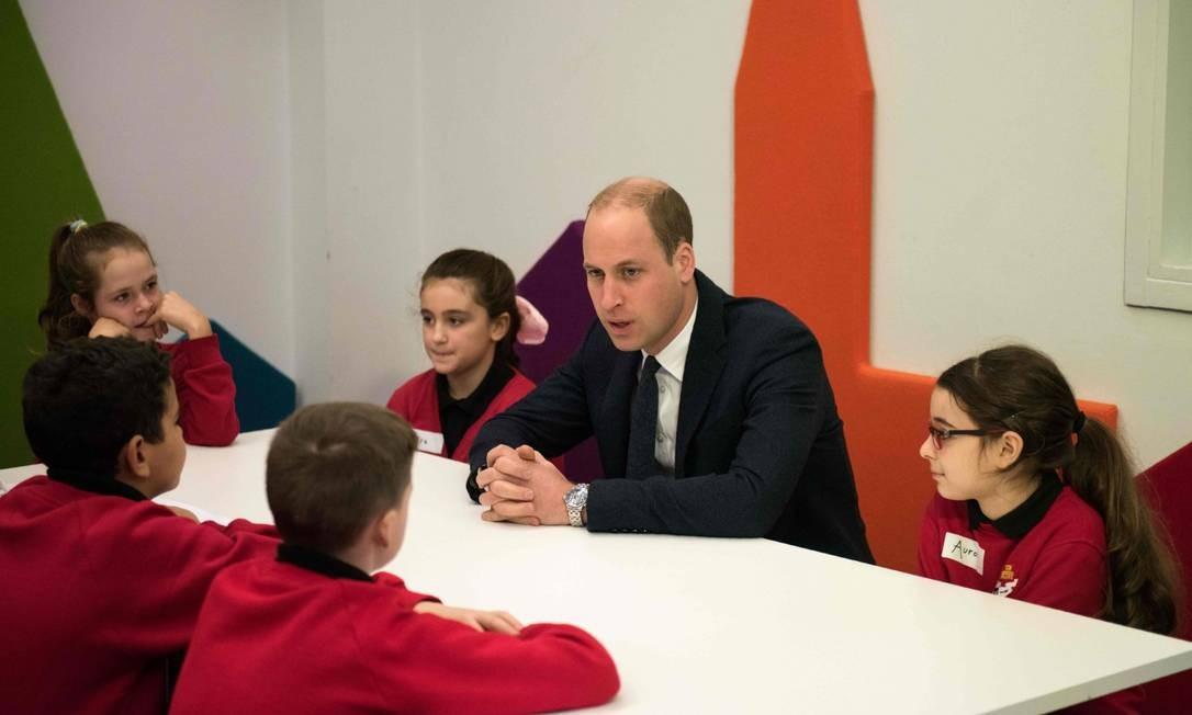 O príncipe William também participou da ação, conversandosobre saúde mental com os estudantes, que haviam acabado de assistir o filme feito por um menino de 14 anos, Josh Gale, sobre a vida com transtorno obsessivo-compulsivo OLI SCARFF / AFP