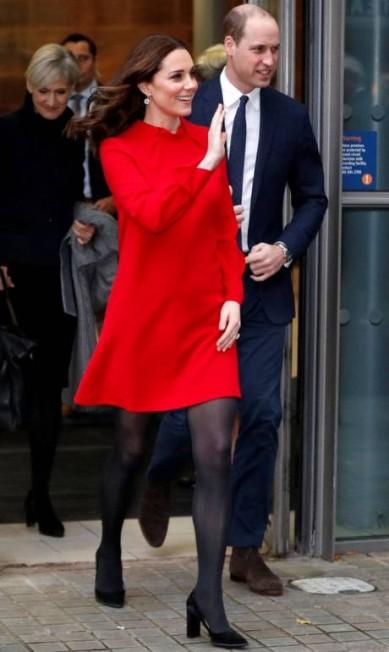 O vestido vermelho da marca Goat escolhido pela duquesa de Cambridge para a ocasião escondia a barriga ainda discreta da terceira gravidez DARREN STAPLES / REUTERS