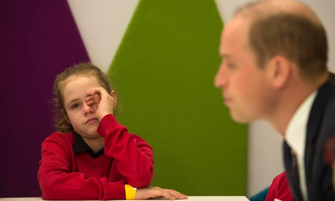 Mas o papo não parecia estar tão interessante assim... pelo menos não para a menina que tentava espantar o sono coçando os olhos OLI SCARFF / AFP
