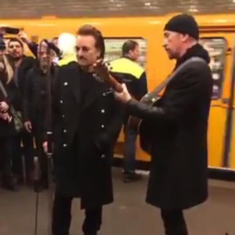Bono e The Edge fazem show surpresa em Berlim Foto: Reprodução