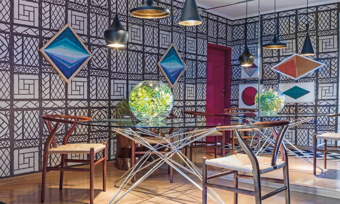 Já a sala de jantar se multiplica por meio da parede de espelho onde brilham as cadeiras Wish bone, de Hans Wegner Christian Maldonado / Divulgação
