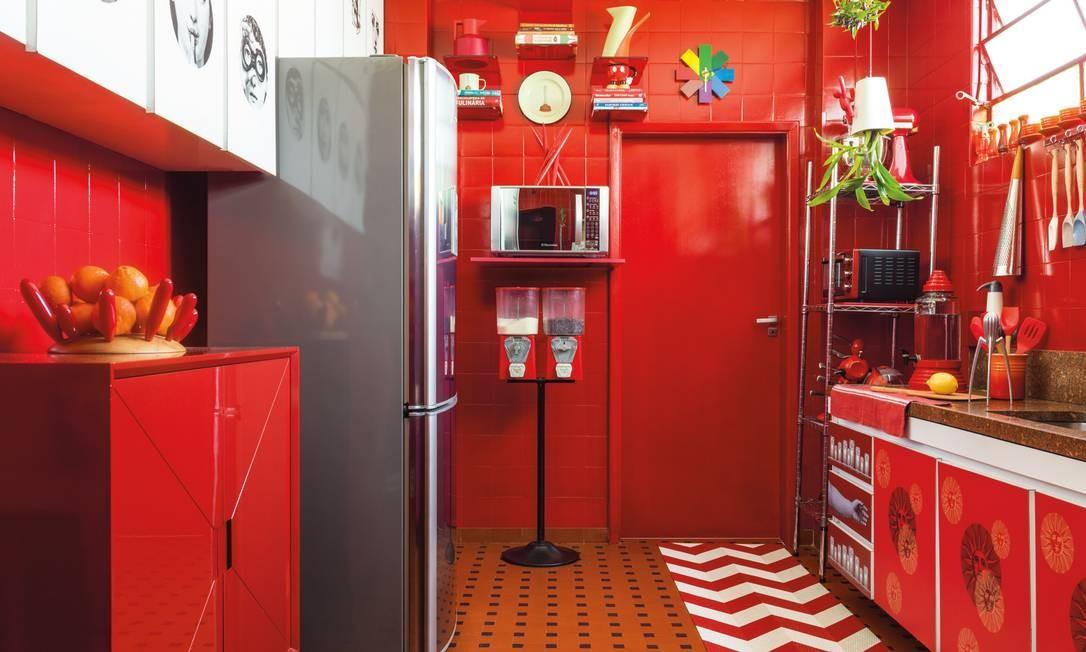 Os tons de vermelho estão por todo o apartamento, especialmente na cozinha. Para Allex Collontonio, a escolha da cor é fruto do mood étnico que tem inspirado ele e André nos últimos dois anos Christian Maldonado / Divulgação
