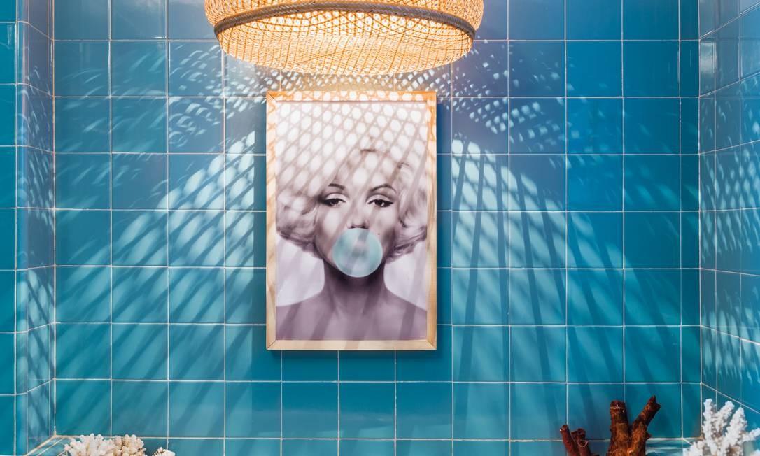 Ali, Allex e André criaram uma cena inusitada, juntando uma foto famosa de Marilyn Monroe e a luminária de uma comunidade indígena Cubeo, uma etnia que vive no Amazonas e na Colômbia. Christian Maldonado / Divulgação