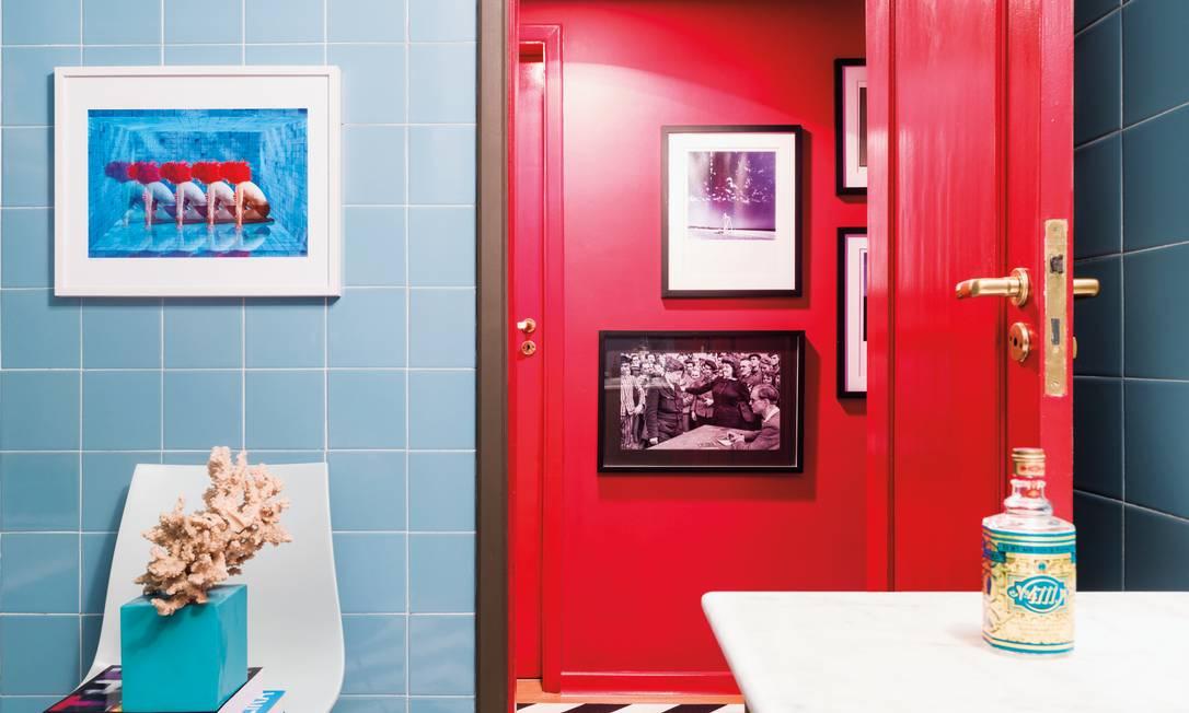 Nos banheiros, os azulejos são azuis, originais do apartamento, um oásis de paz, mas cheio de personalidade Christian Maldonado / Divulgação