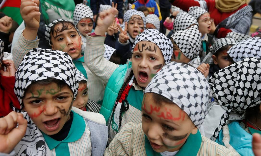 Crianças palestinas protestam no campo de refugiados de Burj al-Barajneh em Beirute, Líbano. O vice-presidente dos EUA, Mike Pence, viajará ao Oriente Médio para apelar contra os extremismos nos debates políticos sobre a situação de Israel e dos palestinos MOHAMED AZAKIR / REUTERS