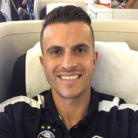 Marcelo Grohe no voo do Grêmio para os Emirados Árabes Foto: Reprodução