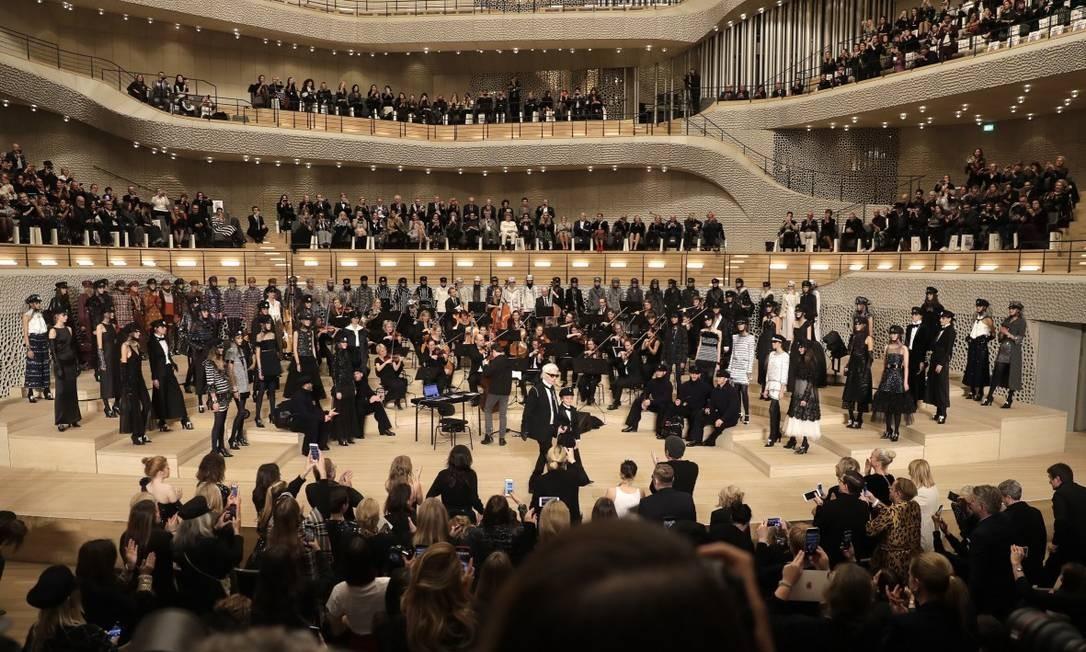 Mais que desfile, um show: a Chanel apresentou nesta quarta-feira sua coleção Métiers D'Art no imponente edifício da Filarmônica de Elba, em Hamburgo Markus Schreiber / AP