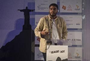 Eduardo Carvalho, jornalista morador da Rocinha, durante fala no seminário 'Reage, Rio! Foto: Julio Cesar Guimaraes / Agência O Globo
