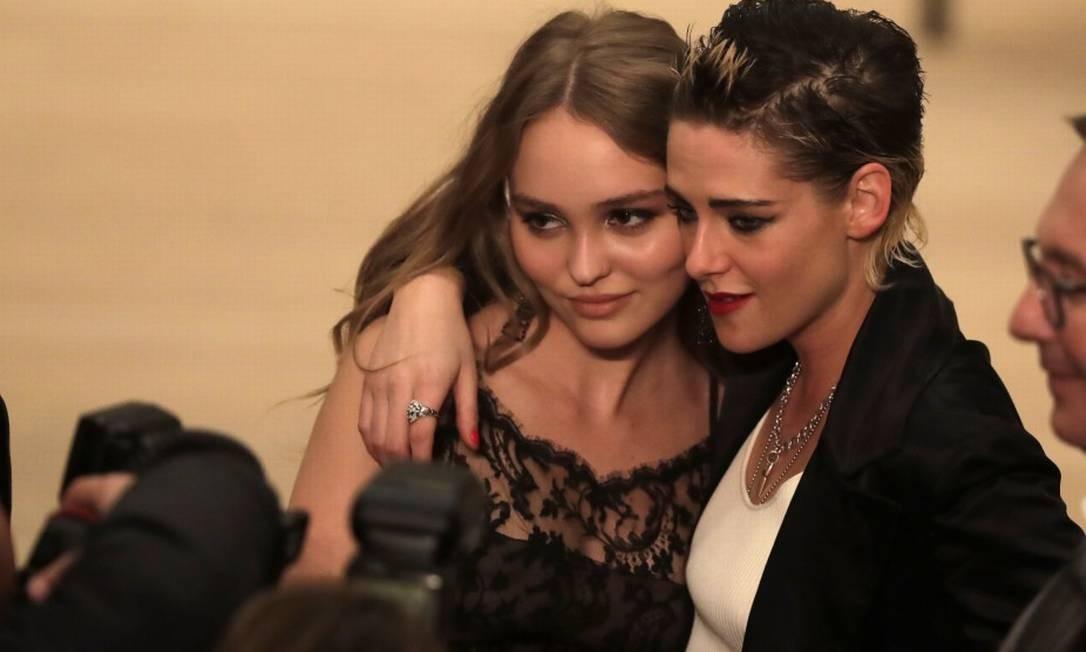 Lily-Rose Depp (à esquerda) posa com Kristen Stewart Markus Schreiber / AP