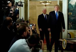 Trump e seu vice, Mike Pence, chegam à sala onde presidente discursou reconhecendo Jerusalém como capital de Israel Foto: JONATHAN ERNST / REUTERS