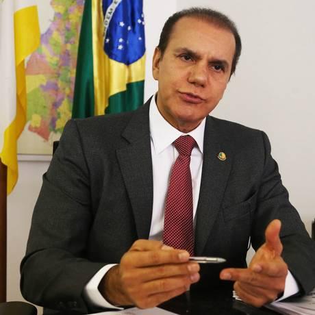 O presidente da CPI da JBS, senador Ataídes Oliveira (PSDB-TO), durante entrevista Foto: Givaldo Barbosa/Agência O Globo/19-09-2017