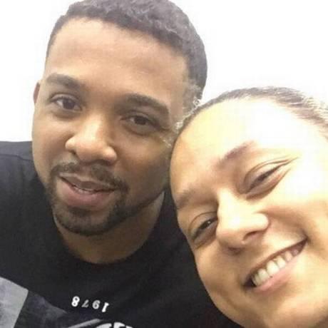 Policial tira 'selfie' com Rogério 157 após sua prisão Foto: Reprodução
