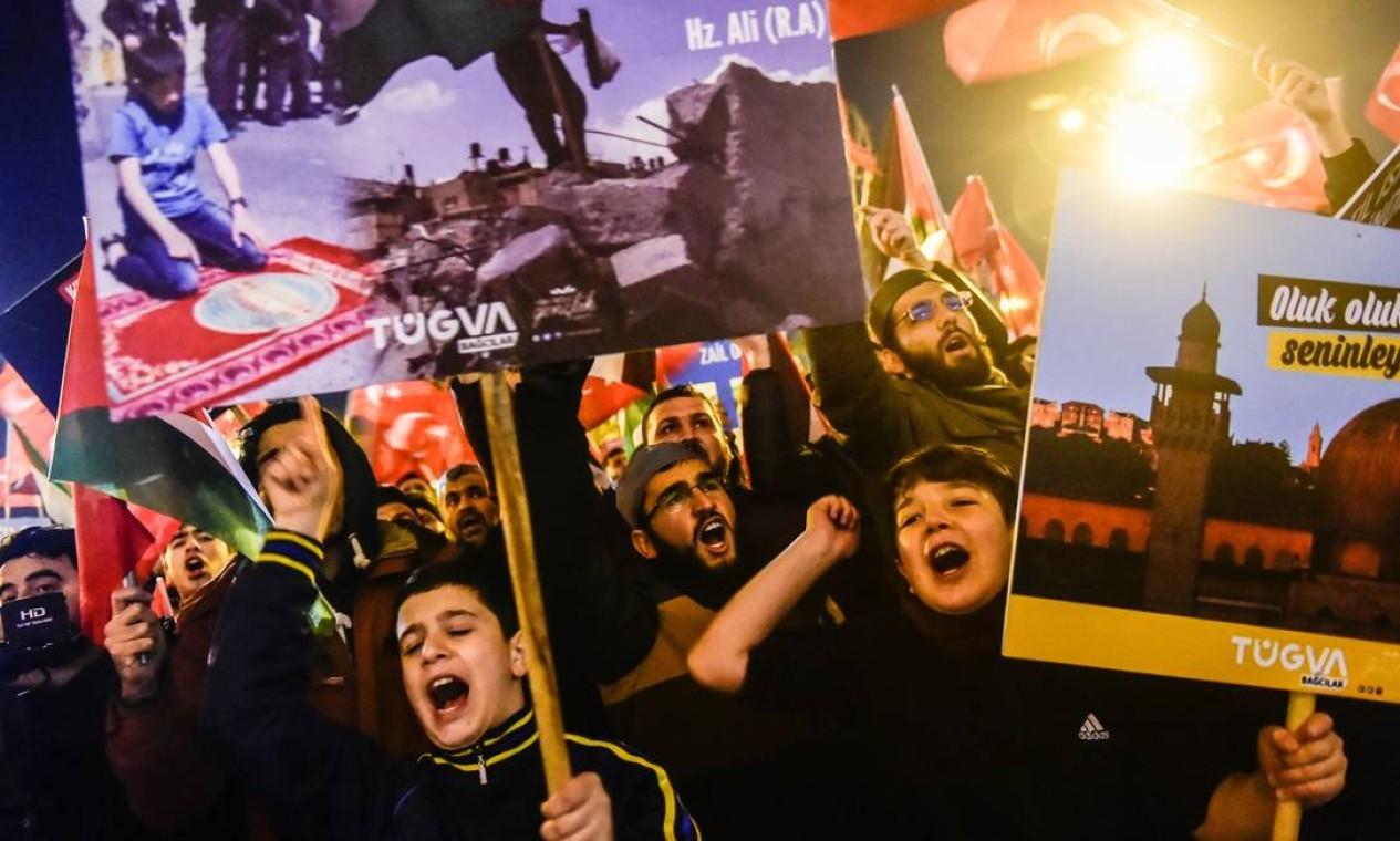 Centenas de pessoas participam de protestos em Istambul, na Turquia, contra a decisão de Donald Trump que reconhece Jerusalém como a capital de Israel Foto: YASIN AKGUL / AFP